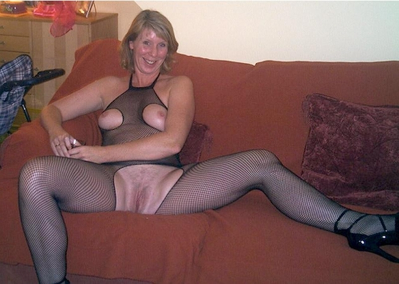 Sexy Glasgow Milf Toying And Sucking Cock